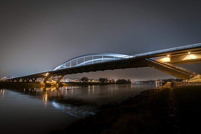 Waldschlösschenbrücke crossing river Elbe